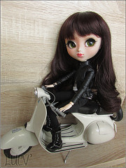 Luev' (mertiuza) Tags: white bike canon is soft vespa power shot scooter powershot motorbike wig cycle moto mio motorcycle motor pullip custom 27 emerald obitsu sx500 sx500is evasdoll byemerald