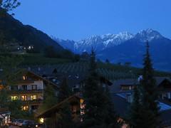 IMG_1174[1] (edelmauswaldgeist) Tags: schnee abend berge autos bume lichter sdtirol huser hgel weinberge