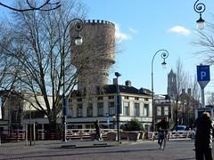 zicht op Watertoren Lauwerhof over de Van Asch van Wijcksbrug Utrecht (bcbvisser13) Tags: city bridge panorama bomen utrecht domtoren nederland eu bicyclist huizen watertoren fietser lantaarnpalen rijksmonument parkeermeter lauwerhof vanaschvanwijcksbrug