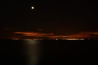 Deux villes, la nuit, le Bassin de Thau