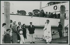 """Archiv E378 """"Papas Abfahrt, Norderney, 24. Juli 1930"""" (Hans-Michael Tappen) Tags: fashion 1930s outfit outdoor norderney mode schiff fhre 1930 kleidung schirme passagiere 1930er archivhansmichaeltappen schiffnorderney"""