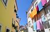 Lisbona - Quasi non sembra Lisbona (Celeste Messina) Tags: houses sun home portugal yellow colours pov lisboa lisbon case giallo towels sole colori lisbona portogallo pannistesi colorfulhouses asciugamani clotheshanging casecolorate colnasoallinsù pannialsole