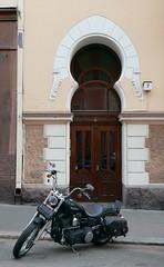 Neitsytpolku 7 (neppanen) Tags: sampen discounterintelligence helsinki helsinginkilometritehdas suomi finland liskuva ovi door kaivopuisto neitsytpolku neitsytpolku7 moottoripyr motorcycle harley davidson harleydavidson
