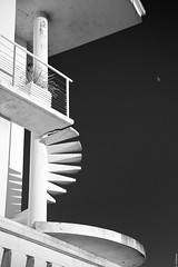 L'escalier / The staircase (@cpe) Tags: sky moon stairs contrast lune ciel staircase escalier archi marches royan