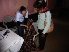 Janine behandelt alte Frau und Tochter, Babouantou