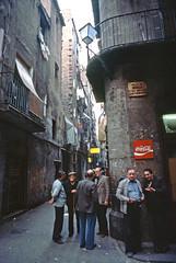 BARCELONA, El Raval (Manel Armengol C.) Tags: barcelona people men spain catalonia 1978 cocacola kodachrome elraval seventies oldneighborhood barrivell peopleatstreet barcelonainthe70s spaininthe70s monachst