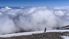 Auf dem Psiloritis (bolliger51) Tags: schnee berg sport kreta himmel wolken blau griechenland landschaft weiss gebirge grc gipfel sportler wolkenmeer schneefeld psiloritis hochgebirge bergsport berglandschaft gebirgslandschaft idagebirge