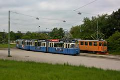 Begegnung in der Ackermannschleife: Der P-Zug 2005/3039 trifft auf den Fk-Wagen 2942 (Bild: Klaus Werner) (Frederik Buchleitner) Tags: 2005 2942 3039 abnahmefahrt ackermannschleife arbeitswagen fahrdrahtkontrollwagen fahrleitungskontrollwagen fkwagen linie2128 munich mnchen olympiapark pwagen strasenbahn streetcar tram trambahn