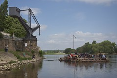 Landgang / shore (fotio14) Tags: river dresden crane hobby sachsen raft recreation adventures fluss kran freizeit elbe flos flosfahrt drehkran teschvictorianmonument dresdenuebigau