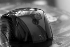 Serie reflejos cotidianos III (Jo March11) Tags: blancoynegro canon monocromo cotidiano ordenador reflejo canoneos ratn alfombrilla monocromtico ieletxigerra idoiaeletxigerra eletxigerra