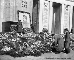 BE040191 (ngao5) Tags: people berlin men germany soldier europe military decoration few wreath males whites customsandcelebrations adults westgermany germans europeans westberlin mourner militarypersonnel soviets josephstalin stalinmemorial