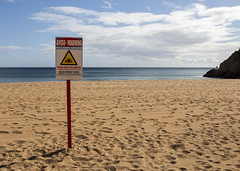 Albufeira Beach Warning (Hans van der Boom) Tags: europe portugal algarve vacation holiday albufeira beach sign warning aviso deserted pt