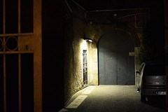 on the wall there is an indefinite point that I can not focus / sul muro c' un punto indefinito che non riesco a mettere a fuoco (Vincenzo Elviretti) Tags: fiat punto palestrina foto notturna notte
