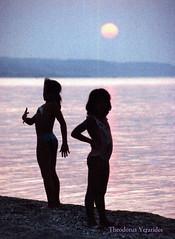 Sunset at Toroneos gulf 1992 (2) (teogera) Tags: hellas greece macedonia makedonia chalkidiki toroneos gulf kassandra contax 159mm carlzeiss planart planar f1450mm kodak kodachrome 200asa film sunset       pefkochori   scanned canon canonscan 4200f