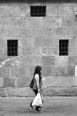 De compras por el Triangulo de la Bermudas (amofer83) Tags: street bw 50mm calle nikon exterior catedral personas murcia nikkor fachada piedra d90 diurna