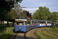 In der Abendsonne verlsst der P-Zug 2005/3039 die Haltestelle der Ackermannschleife (Frederik Buchleitner) Tags: 2005 3039 ackermannschleife linie21 linie28 linie2821 linienverbund munich mnchen olympiapark pwagen strasenbahn streetcar tram trambahn