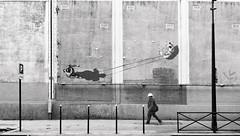 Le casque blanc (Bernard Chevalier) Tags: street streetart peinture villa rue mur marche façade mouvement passant casque