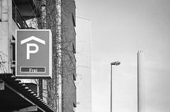 frei (chipsmitmayo) Tags: chimney blackandwhite film sign analog nikon f14 parking free 85mm f100 150 schild vacant nikkor agfa rodinal schwarzweiss laterne apx schornstein mnster parkhaus parken adonal