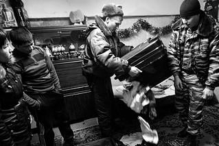 Nacionalista y la policía durante un registro del sótano de la casa donde viven unos inmigrantes. San Petersburgo, 2012, Michael Domozhilov. Fuente, Lenta