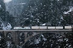 BLS Lötschbergbahn Lokomotive Re 465 015 - 6 mit Taufname Vue - des - Alpes mit Aufschrift - Werbung Cat`s Eye für railCare ( Hersteller SLM - ABB  => Inbetriebnahme 1997 ) auf der Gotthard Nordrampe der Gotthardbahn bei Wassen im Kanton Uri der Schweiz (chrchr_75) Tags: chriguhurnibluemailch christoph hurni schweiz suisse switzerland svizzera suissa swiss chrchr chrchr75 chrigu chriguhurni 1501 januar 2015 hurni150120 bahn eisenbahn gotthard nordrampe gotthardbahn train treno zug albumbahngotthardnordrampe albumbahnenderschweiz albumbahnenderschweiz201516 schweizer bahnen albumzzz201501januar januar2015 albumblslötschbergbahn bls lötschbergbahn lokomotive re 465 albumbahnblslötschbergbahn albumbahnblsre465 juna zoug trainen tog tren поезд паровоз locomotora lok lokomotiv locomotief locomotiva locomotive railway rautatie chemin de fer ferrovia 鉄道 spoorweg железнодорожный centralstation ferroviaria