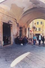 vivere in Italia II (SmoHoHo) Tags: italien menschen laden piazza tisch delle piazzadellevettovaglie