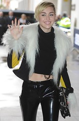 Miley Cyrus in vinyl pants (Vinyl Beauties) Tags: miley cyrus pvc vinyl plastic pants trousers fashion singer pvcpants pvctrousers vinylpants vinyltrousers plasticpants plastictrousers pantalonesdevinilo pantalonesdeplástico calçadevinil calçadeplástico moda mode vinil plástico vinilo vinyle plastique plastik vinile plastica pvcclothing vinylclothing plasticclothing roupadevinil roupadeplástico ropadevinilo ropadeplástico vêtementenvinyle vêtementenplastique abbigliamentoinvinile abbigliamentoinplastica plastikkleidung pvckleidung clothing roupa ropa abbigliamento vêtement kleidung jeans pantalones pantalon pantaloni hose lackhose plastikhose pantaloniinvinile pantalonenvinyle pantaloniinplastica pantalonenplastique versace