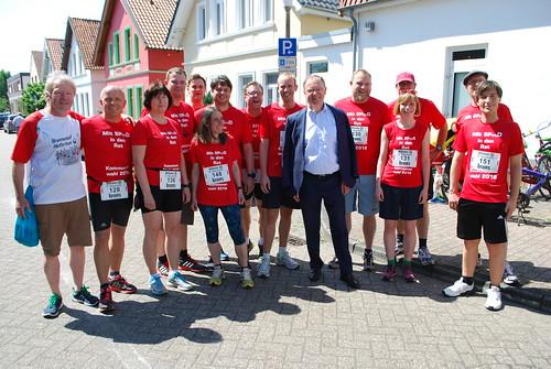 Mit voller Kraft beim Brunnenlauf in Eversten mit Ministerpräsident Weil.