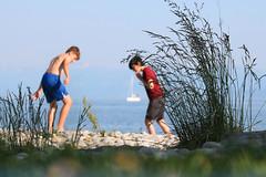 Summer (Wackelaugen) Tags: people boy boys beach ship water lake bodensee lakeconstance germany blue gras focus blurred canon eos photo photography wackelaugen googlies