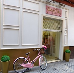 Sville, Andalousie (Marie-Hlne Cingal) Tags: pink espaa rose sevilla andaluca bicyclette espagne sville vlo andalousie