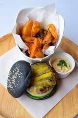 เบอร์เกอร์ชาร์โคลว์เนื้อ เมนูเด็ดของร้านMint Cafe by Peppermintfield