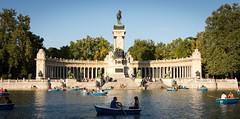 Bienvenidos (felipemadroal) Tags: madrid retiro ciudad lago gente verano placer tarde monumento arquitectura azul cielo tranquilidad d5200 urbano
