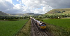 66099 heads east through the beautiful Vale of Edale with a very long rake of hoppers on the 6E51 Peak Forest to Selby loaded limestone, 29th Sept 2016. (Dave Wragg) Tags: 66099 class66 dbschenker ews 6e51 edale valeofedale hopevalleyline derbyshire loco locomotive railway