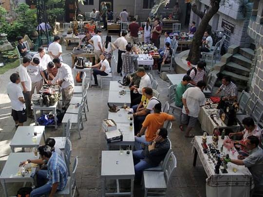 Chợ ve chai độc đáo giữa lòng Sài Gòn