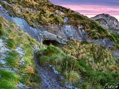 Traspasando la roca (Alfer520) Tags: espaa paisajes naturaleza mountain nature landscapes spain montaa burgos castillayleon merindades valledemena alfer520 tuneldelacomplacera