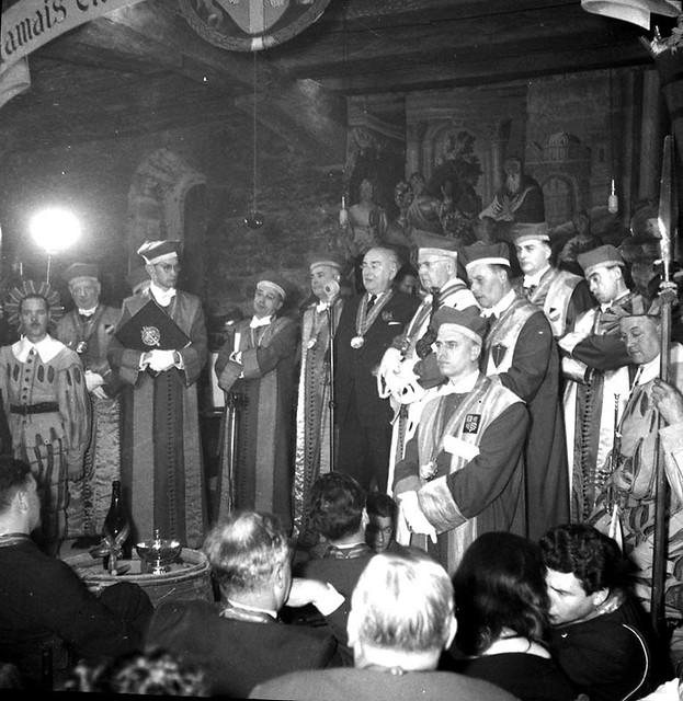 Les chevaliers du Tastevin. Archives Municipales de Beaune-Dépôt Bien Public