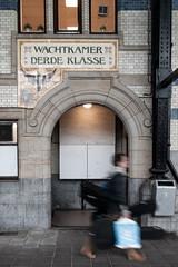 (joyrex) Tags: people holland haarlem europa europe nederland thenetherlands muziek noordholland gitaar mensen bewogen treinstation muziekinstrument
