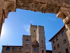 Toscana (W_von_S) Tags: city italien italy tower architecture san italia gimignano outdoor sony towers tuscany stadt architektur archway toscana arcata architettura trme torri citt toskana torbogen a700 wvons