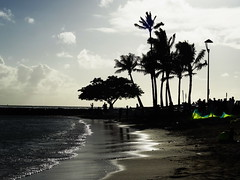 Waikiki memories (peggyhr) Tags: ocean light people beach reflections hawaii waikiki shimmery silhouettes kites palmtrees thegalaxy peggyhr thelooklevel1red bnbeautifulnature super~sixstage2silver infinitexposurel1 super~sixbronzestage1 dsc01711a 30faves~