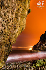 Esperando al Lobo Marino (Andres Breijo http://andresbreijo.com) Tags: noche nocturna cala caladellobomarino nerja axarquia mlaga andalucia espaa spain playa beach orange naranja
