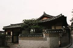 (민지기) Tags: south korea architecture village old style street streets photo streetphoto seoul city urban summer evening traditional 북촌한옥마을 북촌 마을 한옥 bukchon hanok 서울 도시 길 길거리 거리 저녁