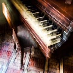 LE VIEUX PIANO (zventure,) Tags: zventure filé flou france aube abstrait abstract intérieur impression icm arles salon tapis ete lumière bois piano casse touches pianoaqueue chaise abime ouvert vieux