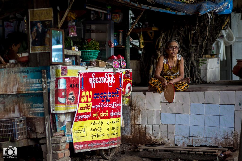 Bar-restaurante en Yangón (Myanmar)