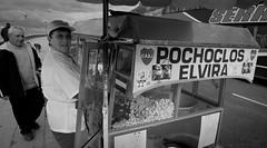 Elvira's PopCorn (Fer Gonzalez 2.8) Tags: street leica woman monochrome blackwhite popcorn streetvendor mdq alfonsina leicadlux4