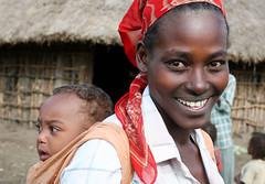 Mujer de la tribu Wolayta con su hijo a la espalda en la carretera de Addis Abeba a Arba Minch (Etiopa), 2010. (Luis Miguel Surez del Ro) Tags: tribu etiopa etnia wolayta