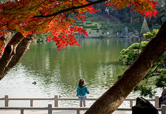 Kiyoshimi girl () (christinayan01) Tags: park autumn woman lake fall leave girl japan gardens tokyo leaf maple pond koto koyo kiyosumi fukagawa teien kiyoshimishirakawa