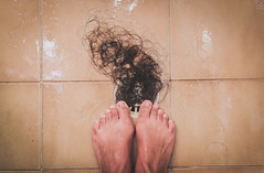 Perdi! (olhardecarmencita) Tags: woman hair foot mulher ps p cabelo banho ralo