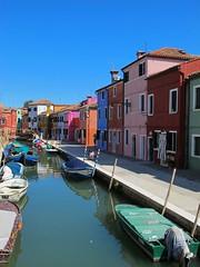 Au fil des rues... Burano (Yvette Gauthier) Tags: architecture canal venise venezia couleur italie burano