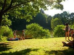 Am Holzerather Weiher (Jrg Paul Kaspari) Tags: holzerath sommer hochwald weiher wiese freizeitwiese baden august 2016 sonnenbad eiche