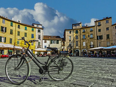 Lucca, Piazza dell'Anfiteatro (Fabio Pratali LI) Tags: lucca toscana bike