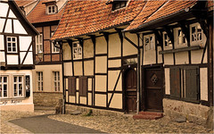 Altstadt Quedlinburg (Foto Martien) Tags: street history colors deutschland alley colorful colours strasse sony details medieval unesco worldheritagesite alleyway info colourful documentation passage picturesque altstadt oldtown information geotag description explanation oldcity harz duitsland kleurrijk a77 gasse schlossberg straat fachwerk germay historisch quedlinburg geotagging steeg timberframing fachwerkhuser vakwerk halftimbering straatje sachsenanhalt middeleeuws kleurig documentatie informatie halftimberedhouses toelichting oudestad maisoncolombages werelderfgoedlijst beschrijving maisonpansdebois martienuiterweerd carlzeisssony1680 martienarnhem fotomartien listofworldheritage lijstmetwerelderfgoed sonyslta77v sonyalpha77 geotaggedwithgps